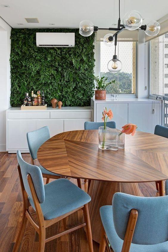 Varanda gourmet moderna com mesa cone e cadeiras estofadas azuis