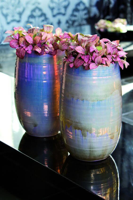 Vaso azul com fitonia rosa para decoração da sala