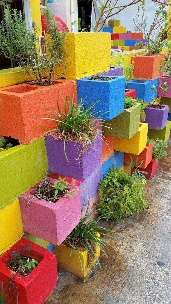 Vasos feitos de cimento e tinta colorida para jardim moderno