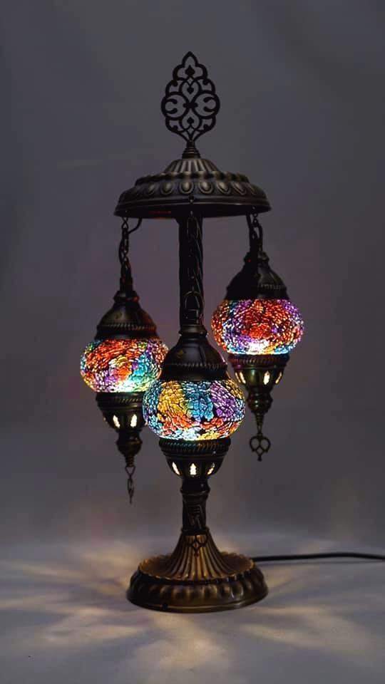 Luminária antiga com detalhes de vidro colorido