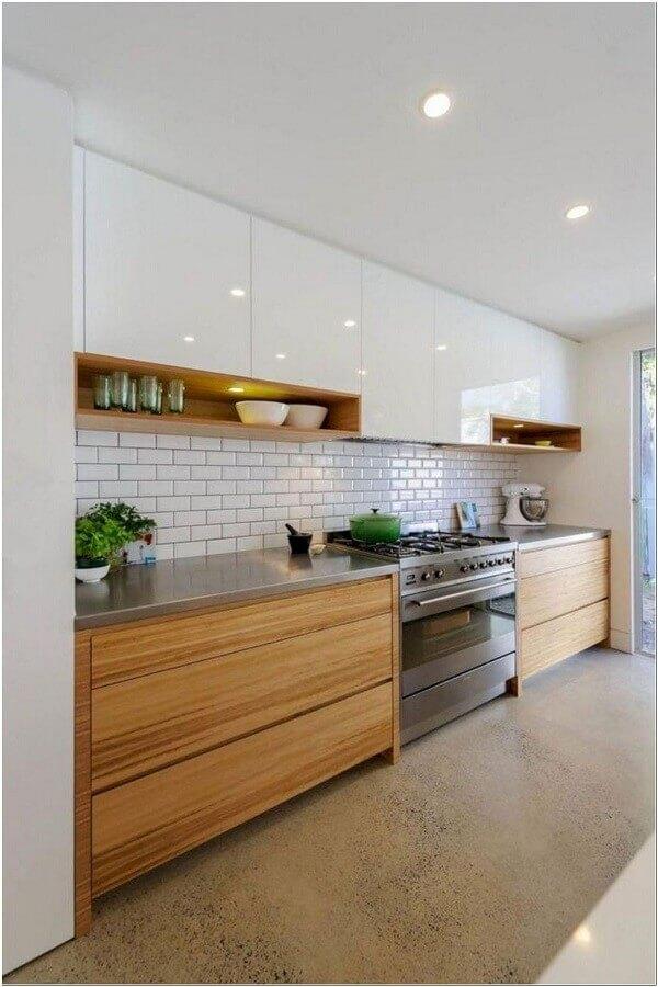 armário branco com nicho de madeira para decoração de cozinha grande planejada Foto Ideias Decor