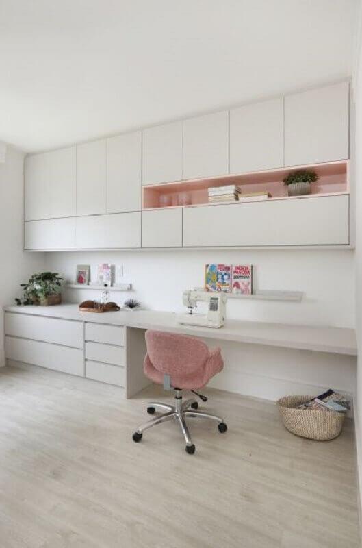 armário branco com nicho rosa para decoração de home office Foto Pinterest