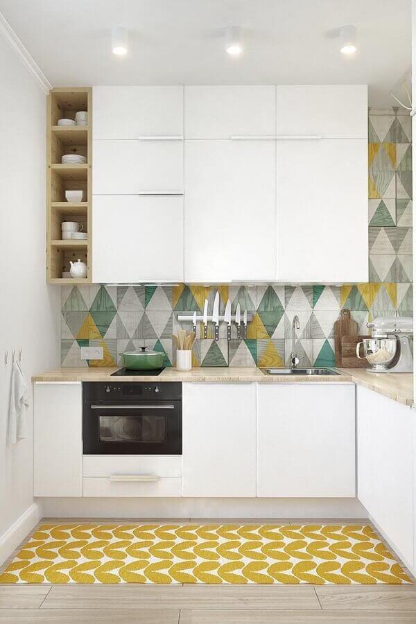 armário branco de cozinha em U decorada com revestimento colorido Foto Home Fashion Trend