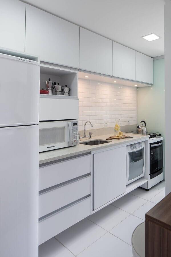 armário branco de cozinha planejada decorada com parede tijolinho Foto Homify