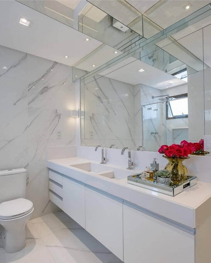 armário branco para decoração de banheiro com bandeja espelhada Foto Dicas Decor