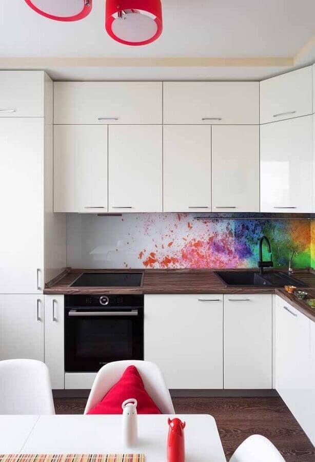 armário branco para decoração de cozinha planejada com bancada de madeira Foto Pinterest