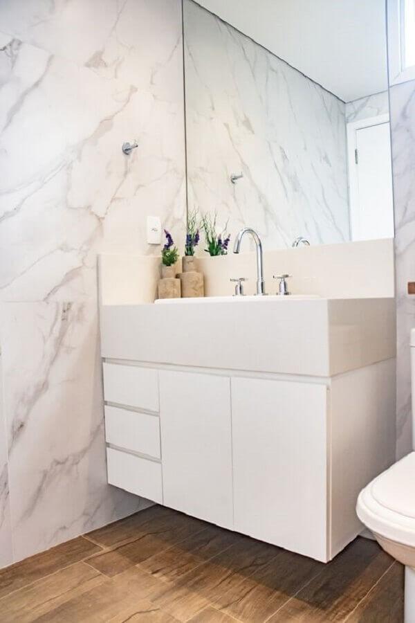 armário branco pequeno para decoração de banheiro com parede de mármore Foto APB Arquitetura + Interiores