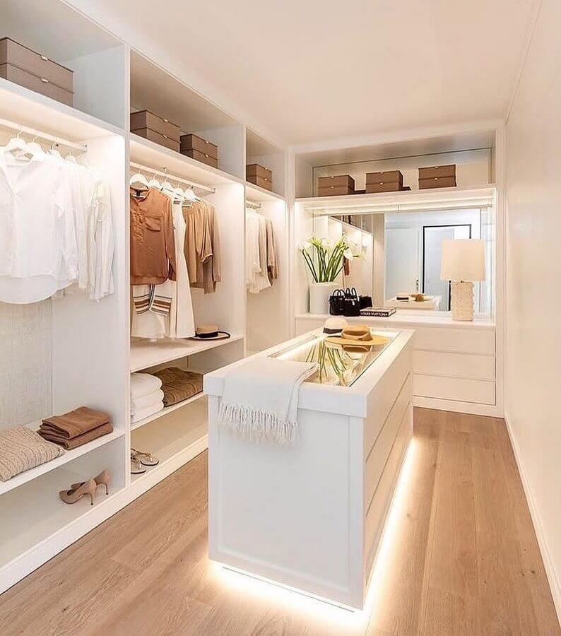 armário closet aberto clean decorado com ilha com iluminação Foto Dicas de Mulher