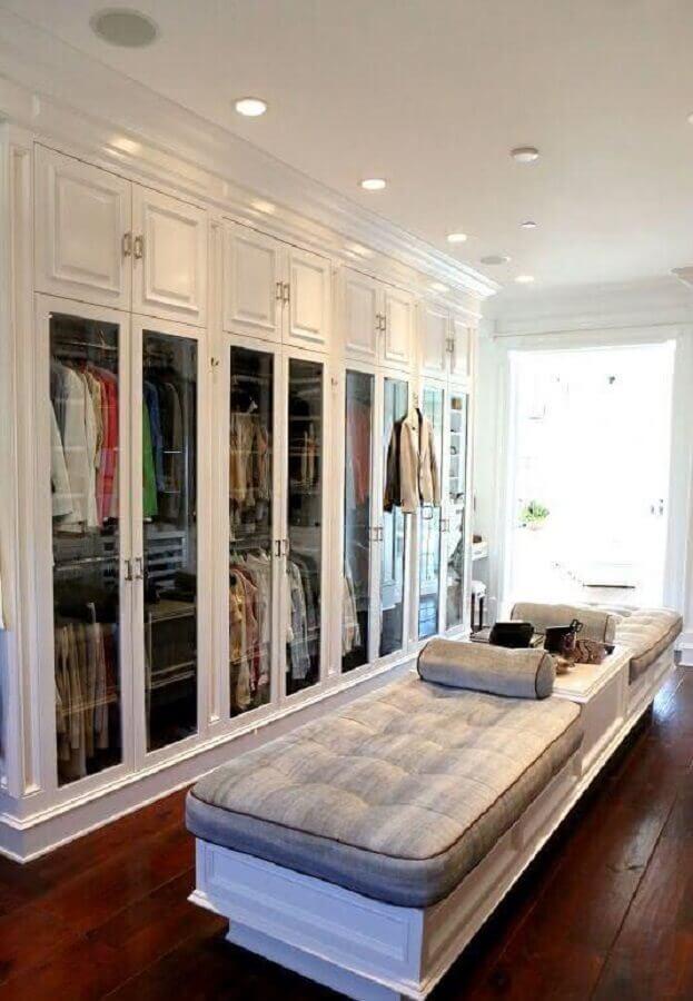 armário closet clássico decorado com banco planejado no centro Foto Pinterest