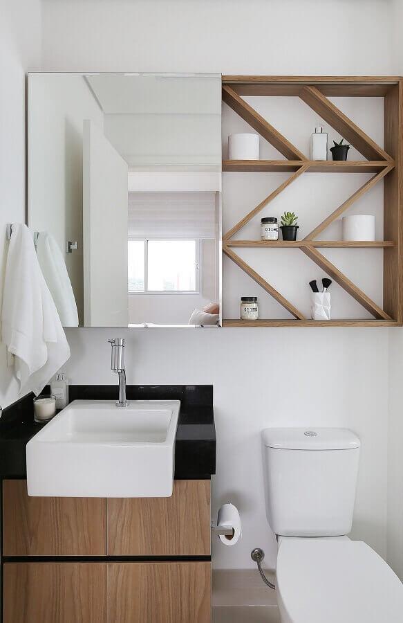 armário suspenso com prateleiras de madeira para decoração de banheiro branco pequeno  Foto Pinterest