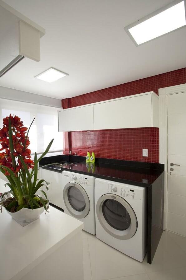 armário suspenso para lavanderia decorada com pastilhas vermelhas Foto Decor Salteado
