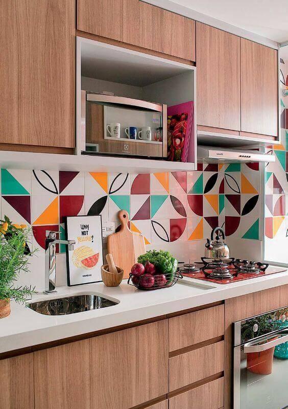 armário suspenso para microondas para decoração de cozinha planejada com revestimento colorido Foto Jeito de Casa