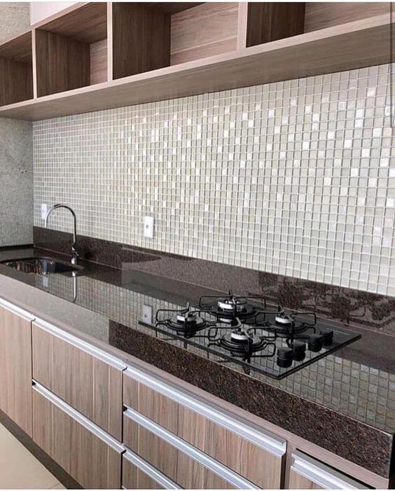Bancada de cozinha marrom com armários de madeira