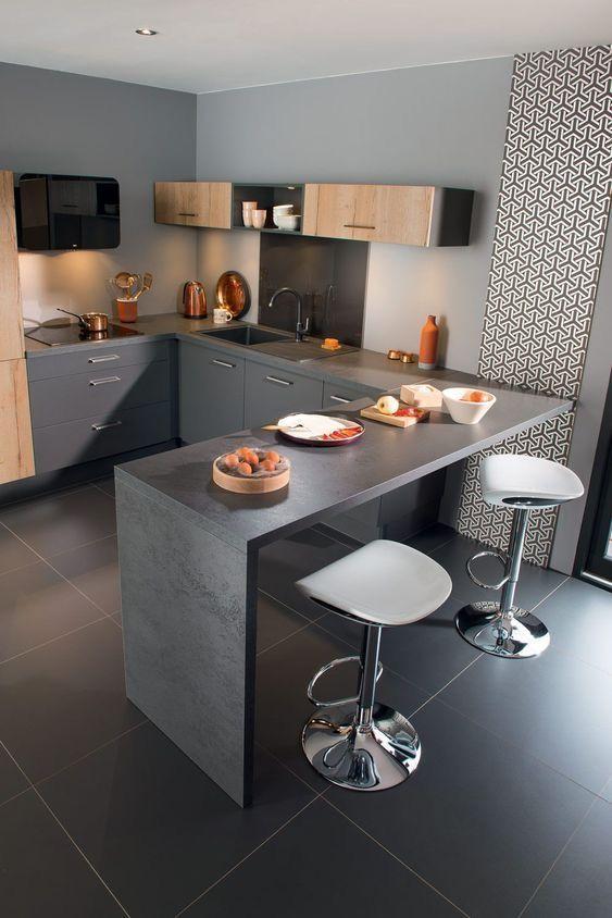 Cozinha em U com bancada de granito cinza escuro, armários da mesma cor e papel de parede preto e branco, moderno em cada detalhe