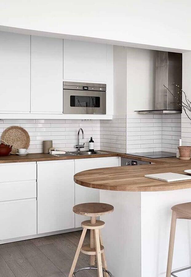 bancada de madeira para decoração com armário de cozinha branco Foto Pinterest