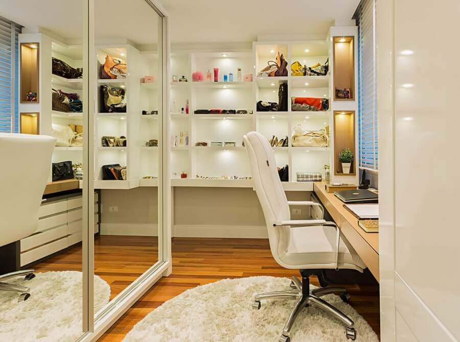 bancada de madeira para decoração de armário tipo closet planejado Foto Histórias de Casa