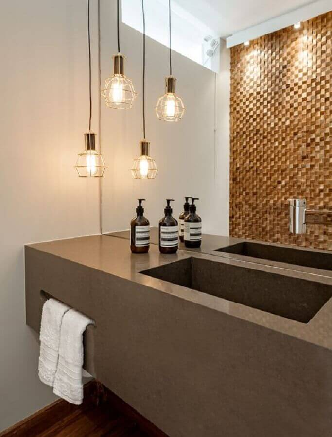 banheiro decorado com bancada planejada e luminária pendente aramado Foto Casa de Valentina