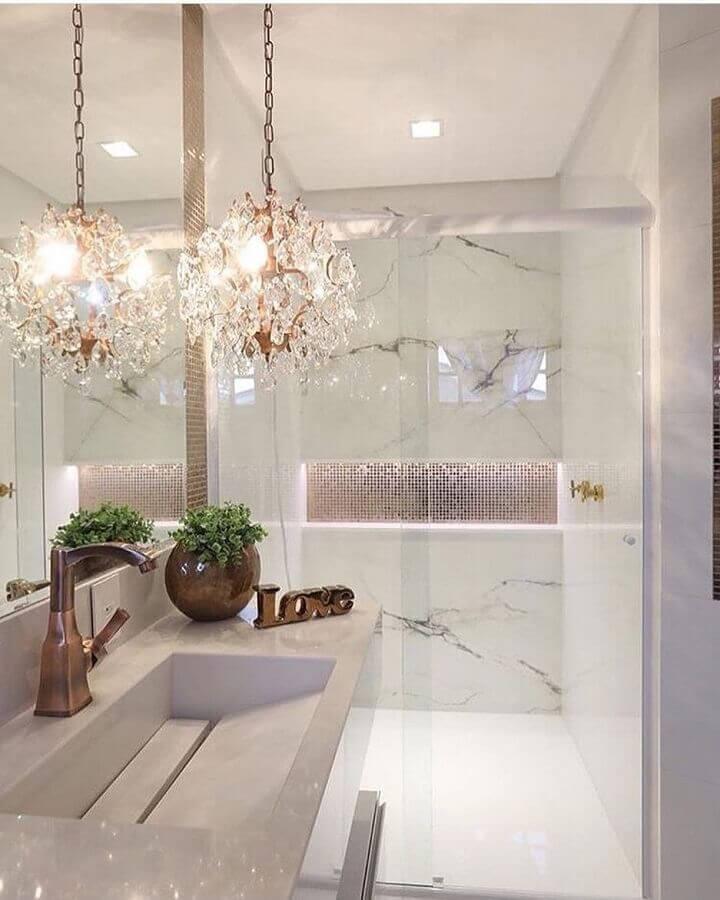 banheiro pequeno decorado com lustre de teto de cristais Foto Pinterest