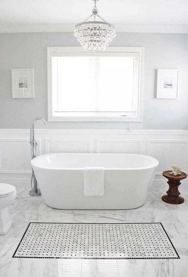 banheiro todo branco decorado com lustre de teto de cristais Foto Houzz