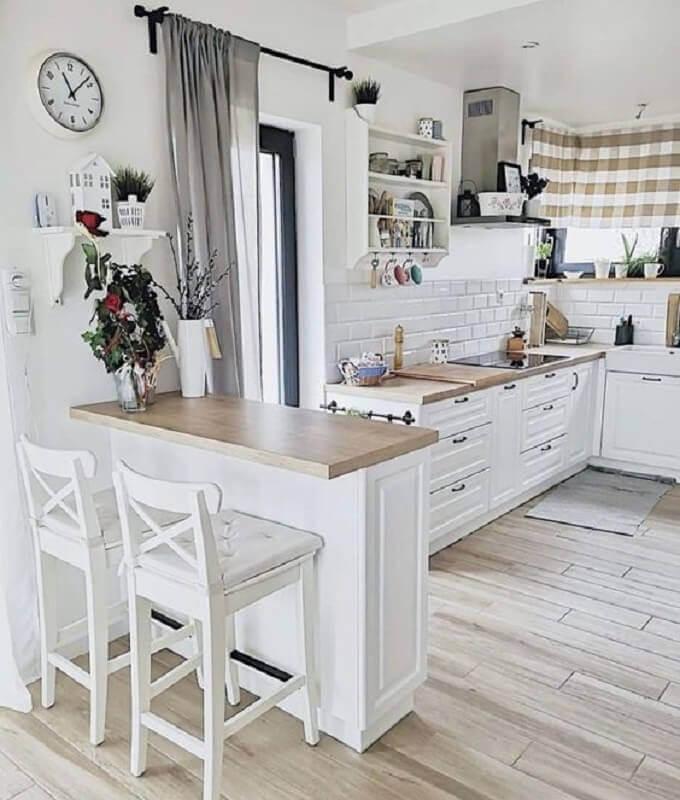 banqueta alta branca para decoração de cozinha vintage com bancada de madeira Foto DesignWiki