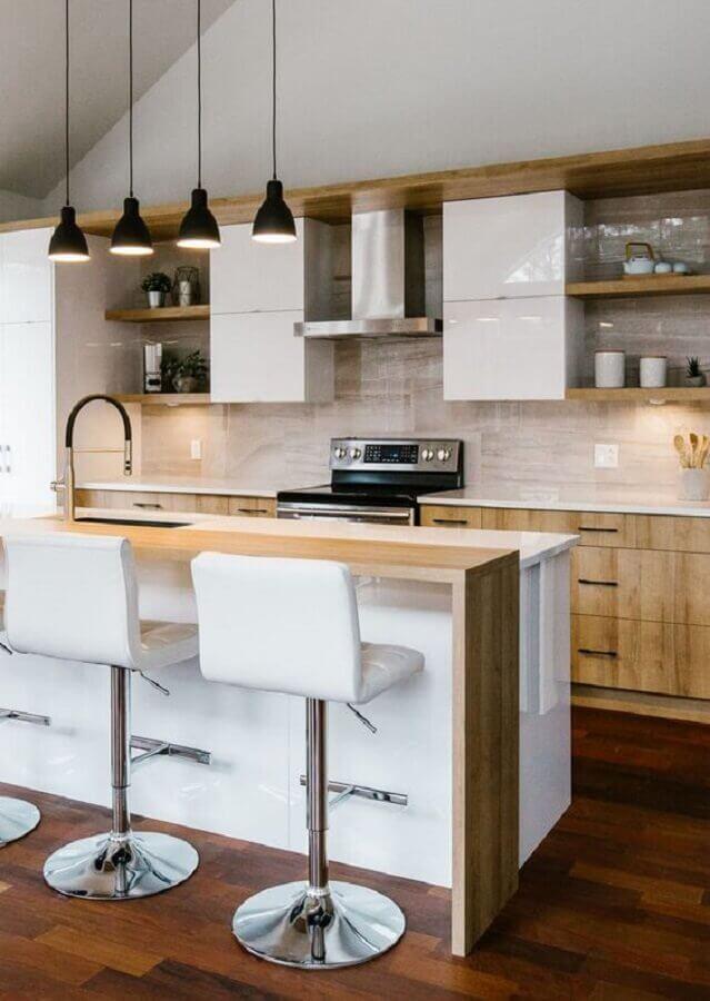banqueta branca estofada para decoração de cozinha amadeirada Foto HomeAdore