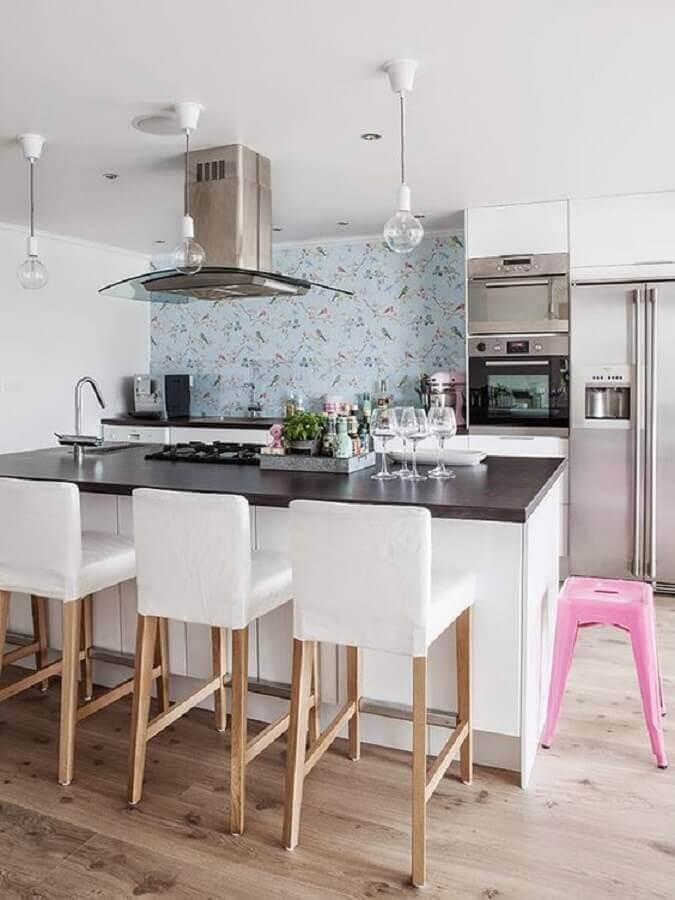 banqueta branca estofada para decoração de cozinha com ilha gourmet Foto Pinterest