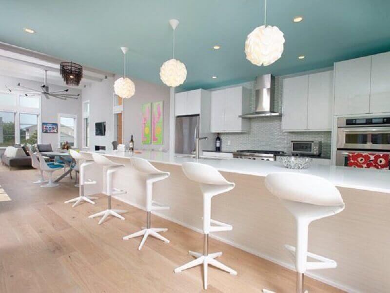 banqueta branca moderna para decoração de cozinha grande planejada Foto Pinterest
