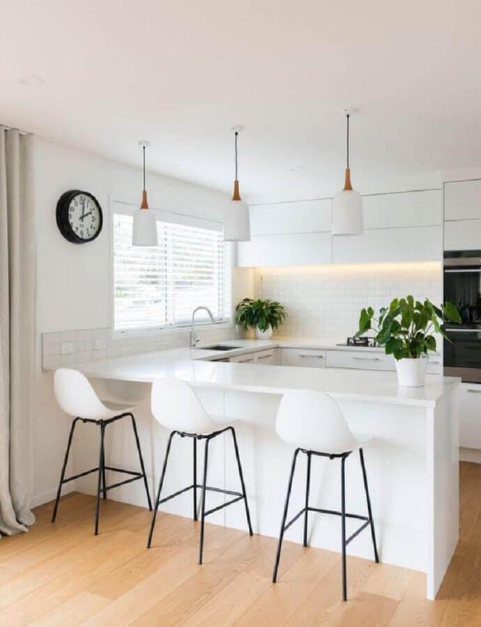 Banqueta branca alta para decoração de cozinha clean planejada em U