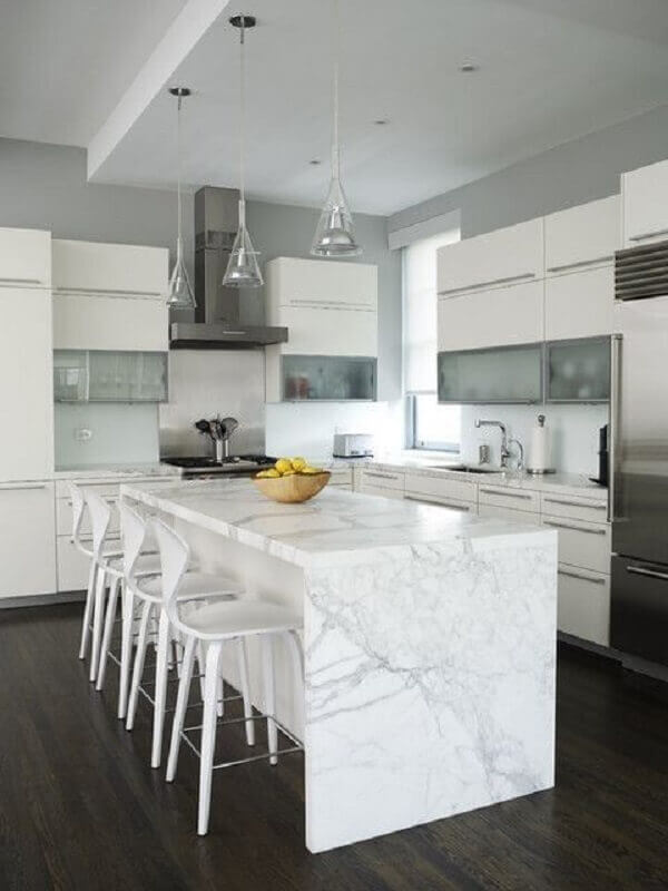 banqueta branca para cozinha decorada com ilha de mármore Foto Home Fashion Trend