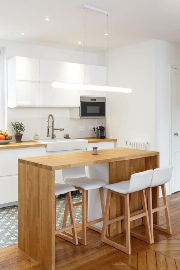 banqueta branca para decoração de cozinha planejada com bancada de madeira Foto Clem Around The Corner
