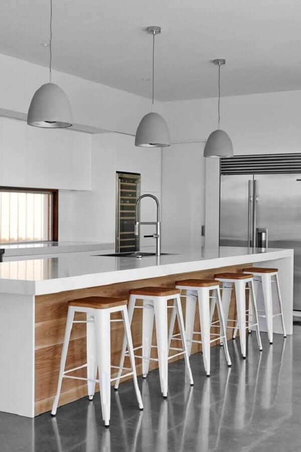 banqueta branca para ilha de cozinha planejada Foto HomeAdore