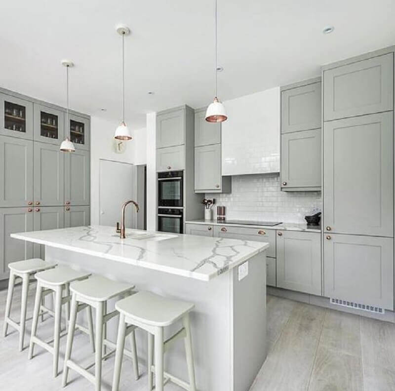 banqueta branca sem encosto em bancada de mármore para decoração de cozinha planejada cinza Foto Pinterest