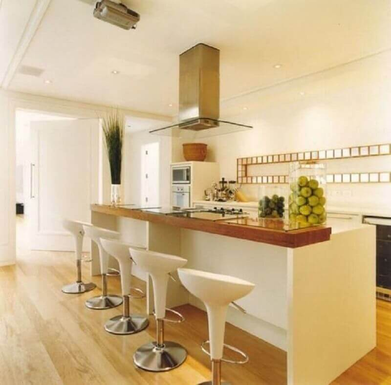 banqueta giratória branca para decoração de cozinha planejada com bancada de madeira Foto LIV Decora