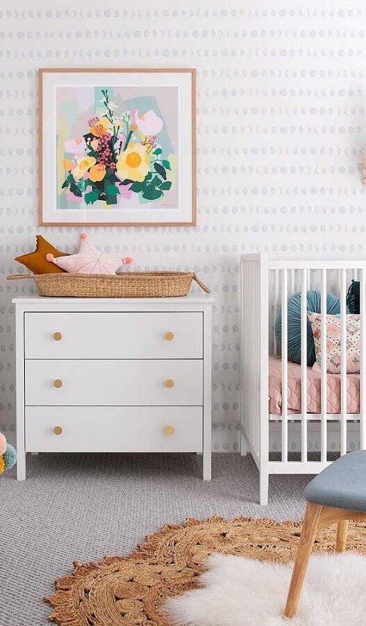 cômoda branca para quarto de bebê decorado com papel de parede delicado Foto Pinterest