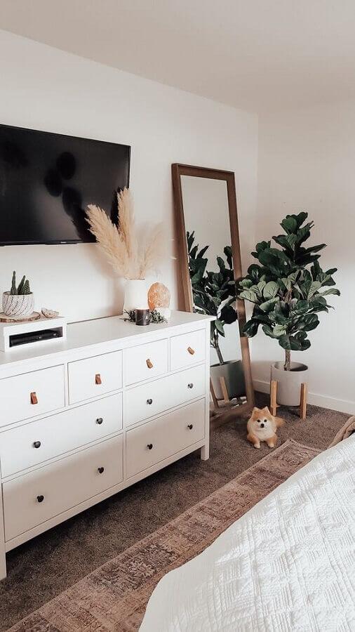 cômoda branca para quarto decorado com espelho de chão Foto Pinterest