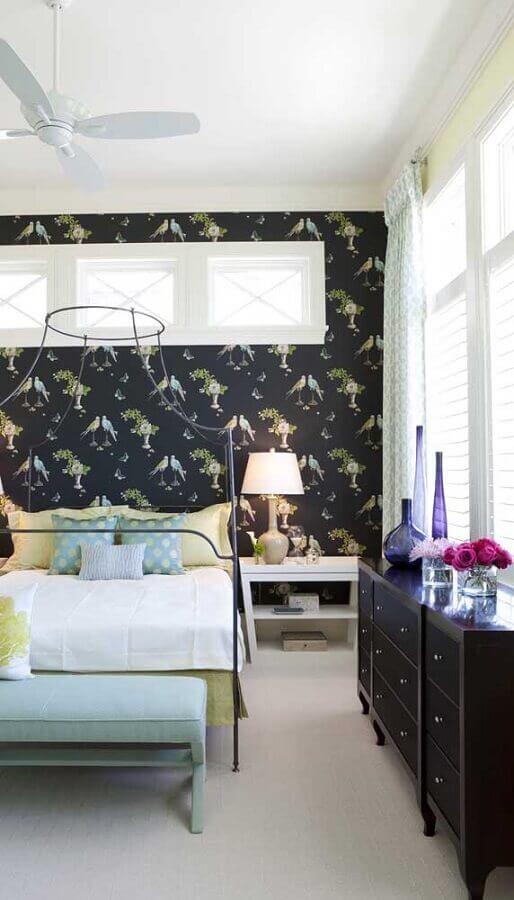 cômoda para quarto de casal decorado com papel de parede preto Foto Home Fashion Trend