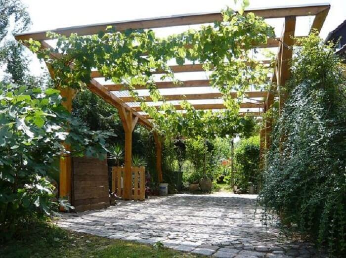 As plantas trepadeiras podem trazem um toque diferenciado a sua cobertura para garagem. Fonte: Pinterest