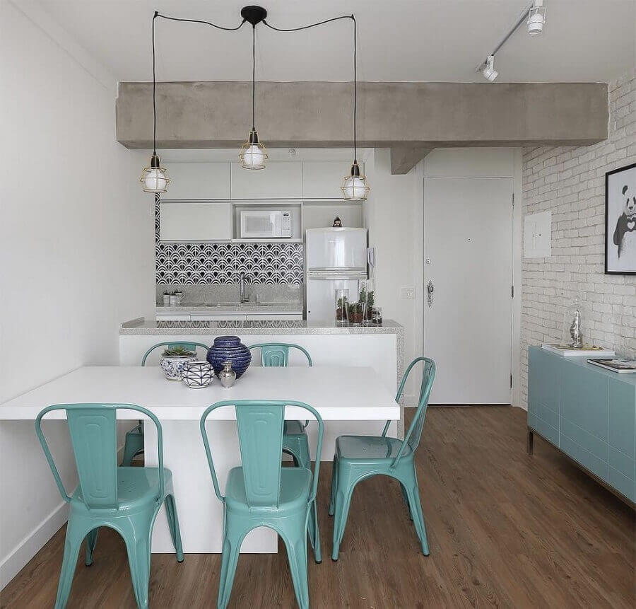 cadeira azul para sala de jantar apartamento integrada com cozinha pequena Foto Histórias de Casa