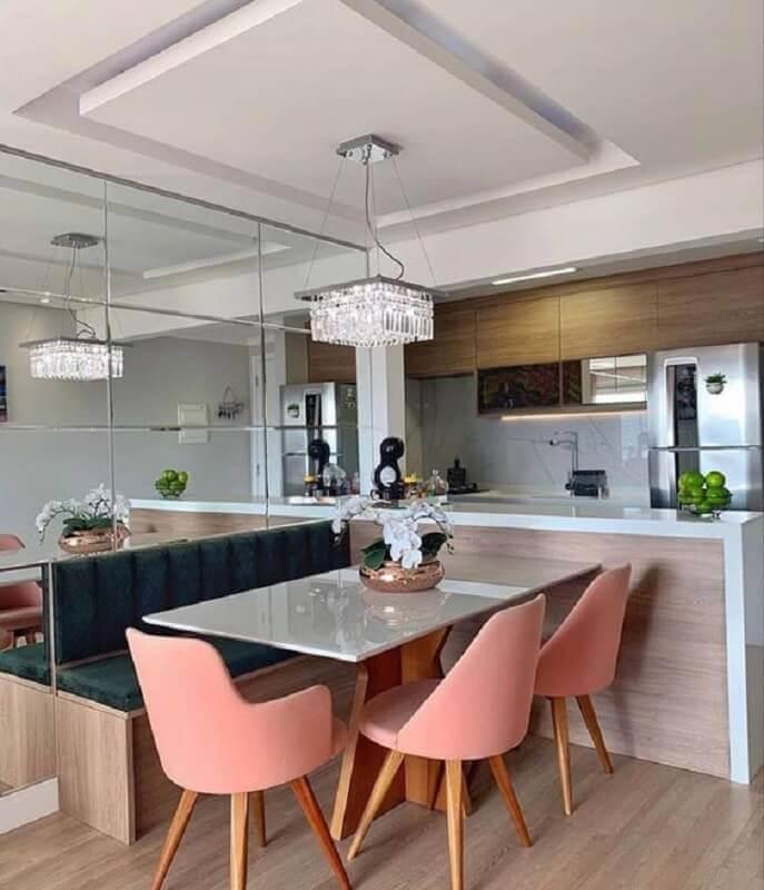 cadeira cor de rosa e lustre de cristal para decoração de sala de jantar com cozinha americana Foto Decor Salteado