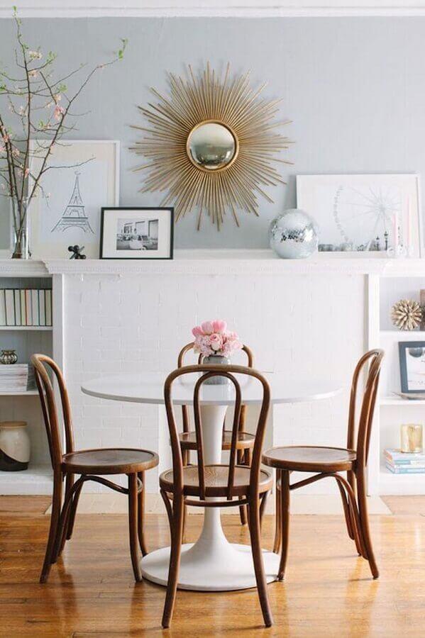 cadeira de jantar de madeira para sala de jantar decorada com mesa redonda branca Foto Casa de Valentina