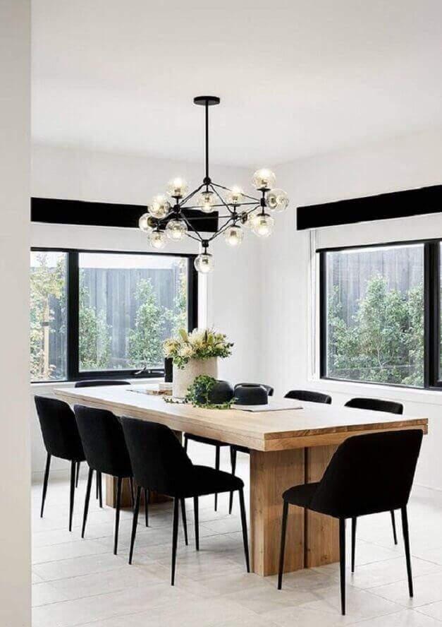 cadeira de jantar preta para sala branca decorada com mesa de madeira e lustre moderno Foto PUFIK Interiors & Inspirations