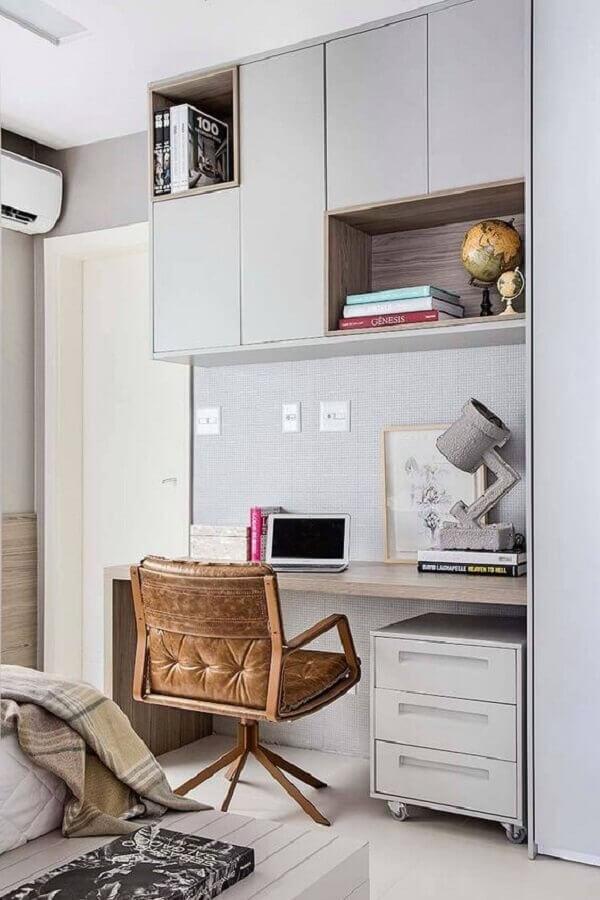 cadeira giratória de couro para decoração de home office com armário suspenso Foto Pinterest