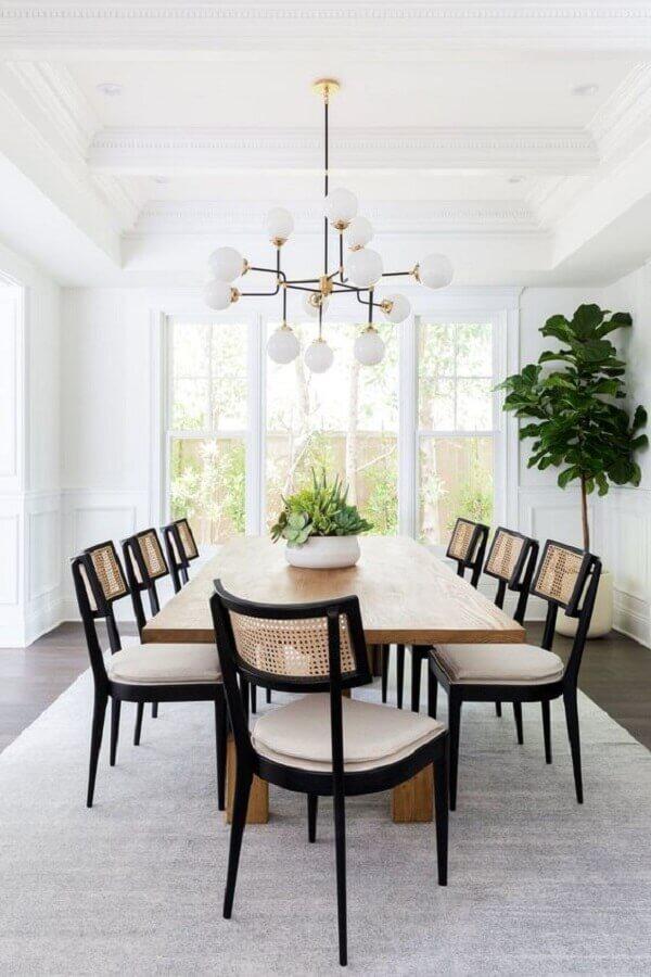 cadeiras para sala de jantar branca decorada com lustre moderno Foto Curated Interior