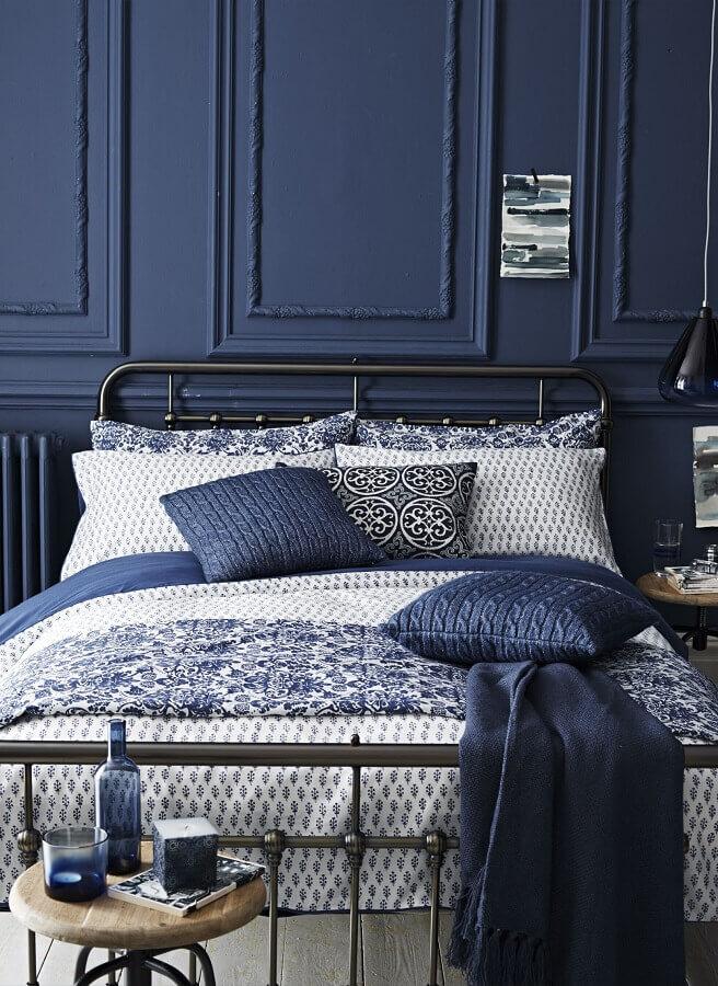 cama de ferro para quarto de homem decorado em tons de azul Foto Homedit