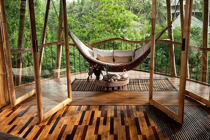 Casa com sacada de madeira e rede
