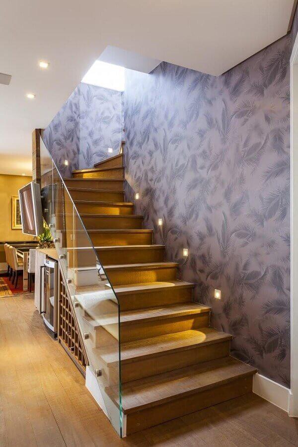 casa decorada com guarda corpo de vidro para escada interna de madeira Foto Raduan Arquitetura