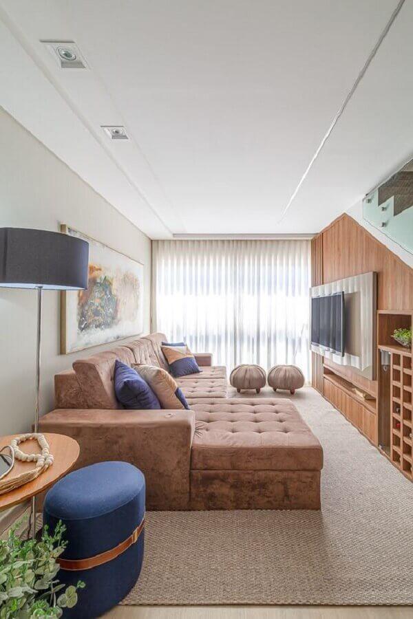 confortável sofá para sala de apartamento decorado com painel de madeira Foto RP Guimarães