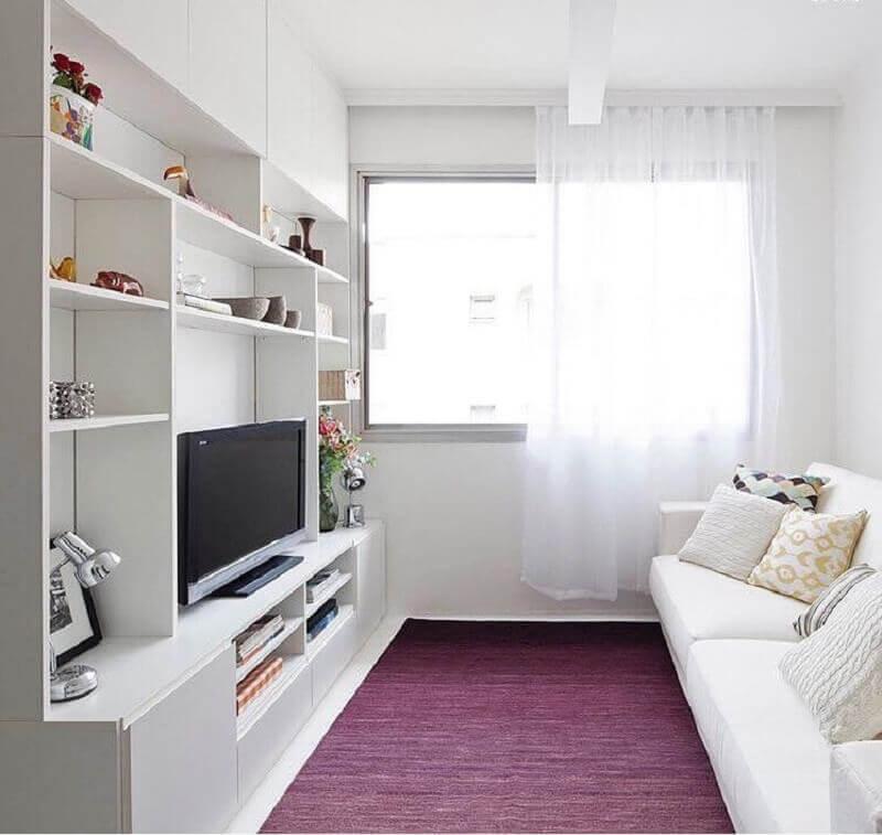 cor branca para sala de apartamento pequeno decorado com tapete roxo Foto Iná Arquitetura