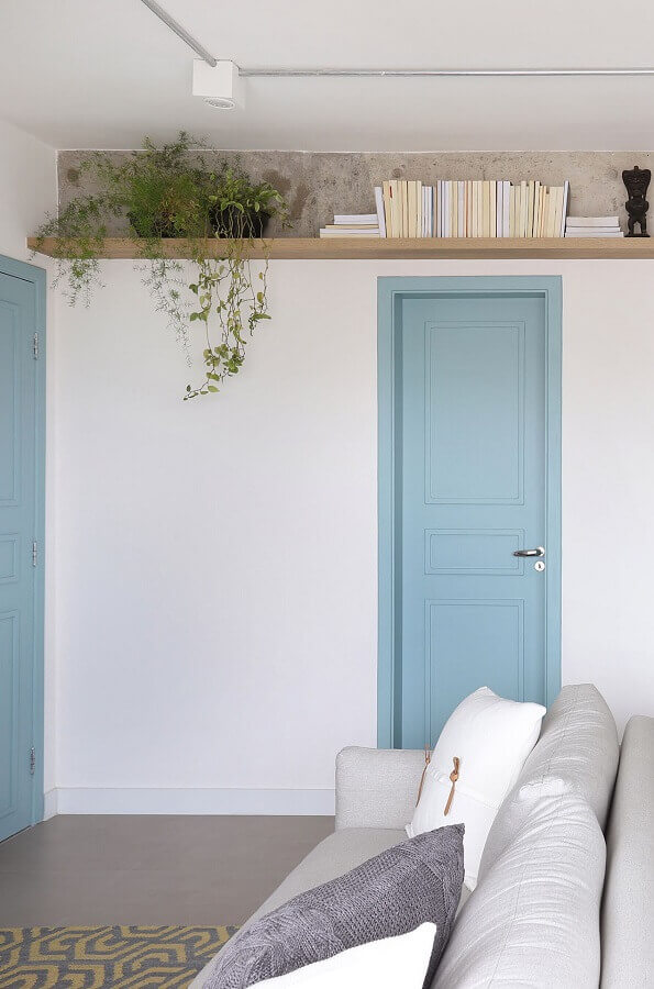 cores pastéis para sala branca decorada com porta azul pastel Foto Pinterest