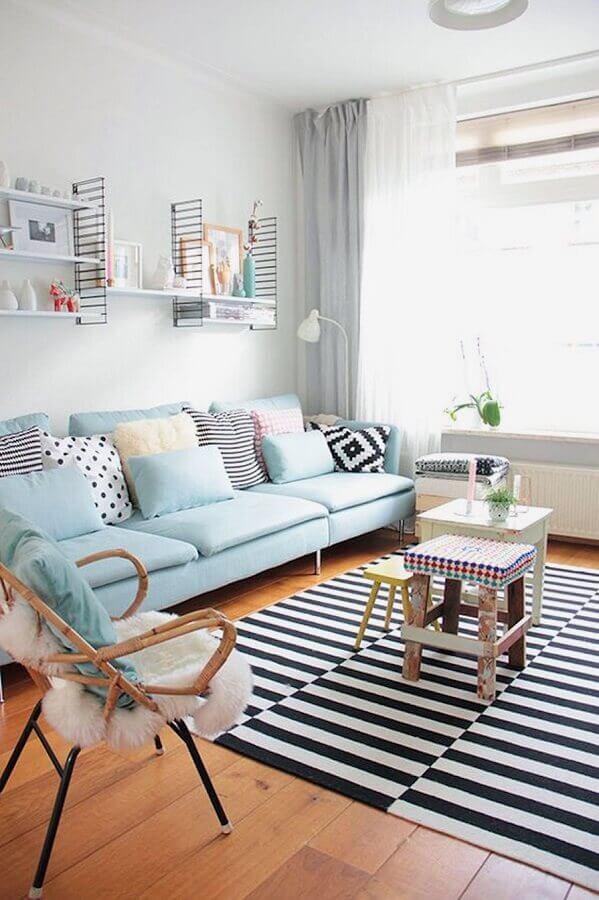 cores pastéis para sala decorada com tapete listrado e sofá azul claro Foto Pinterest